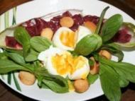 Recette salade de saison: mâche, betterave et oeufs molets