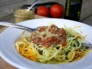 Recette spaghettis de courgette, sauce aux tomates fraîches et crumesan aux graines de chanvre